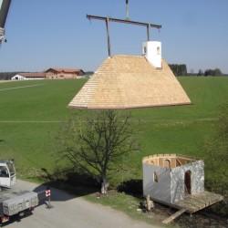 Dach wird auf Kapelle gehoben