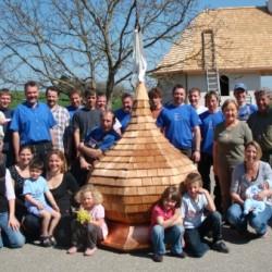 Gruppenfoto mit Zwiebelturm