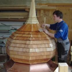 Holzschindel werden am Zwiebel montiert