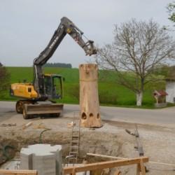 Der Baumstamm wird montiert