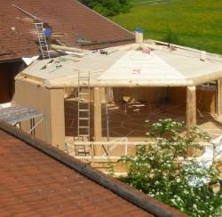 Sichtdachstuhl wird montiert