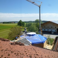 Der doppelte Dachstuhl wird montiert