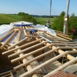 Das Dach wird an das Wohnhausdach eingebunden.