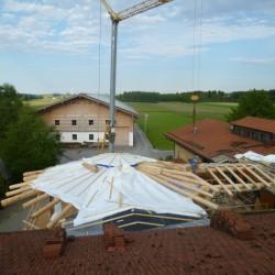 Das Dach wird an das Wohnhausdach eingebunden
