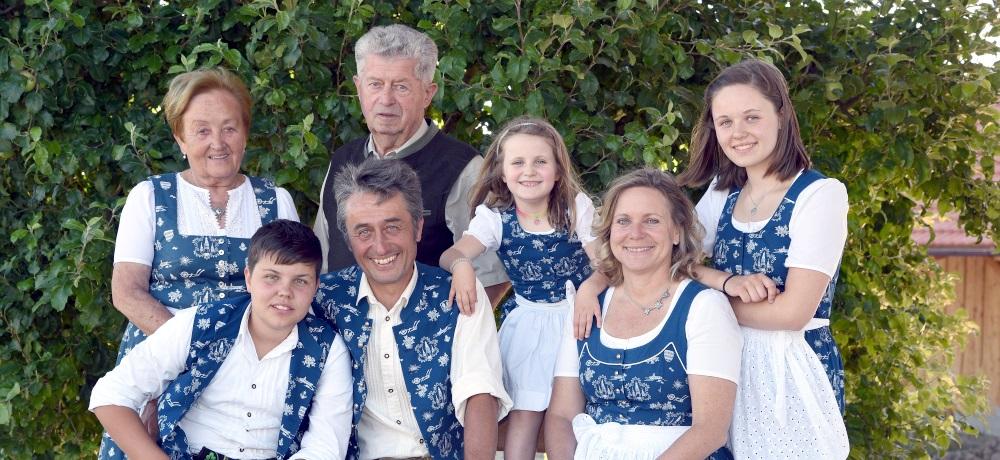 https://www.koehldorfner.de/wp-content/uploads/2015/05/2018-koehldorfner-holzbau-familienfoto-4199-1000x460.jpg