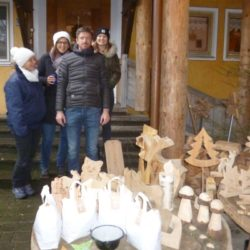 9. Köhldorfner Christbaumtag Stand mit Holzdekoration