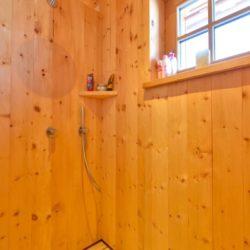 Köhldorfner Musterhaus, ungewöhnliche Dusche aus Holz