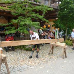 Vorführung traditioneller Holzhackkunst